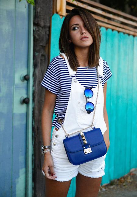 девушка в белом джинсовом комбинезоне