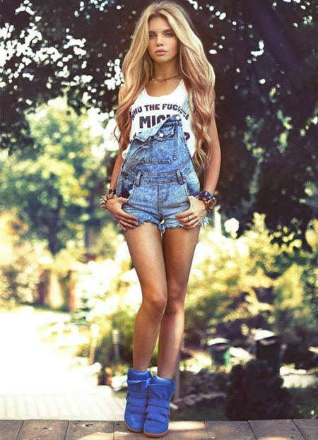 девушка в джинсовом комбинезоне и марантах
