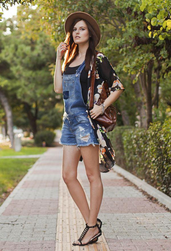 девушка в джинсовом комбинезоне с шортами