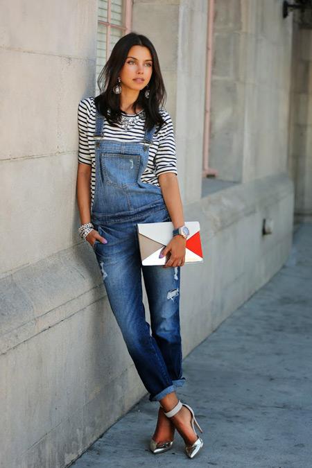 девушка в джинсовом синем комбинезоне
