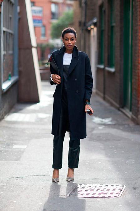 девушка в пальто и черном комбинезоне