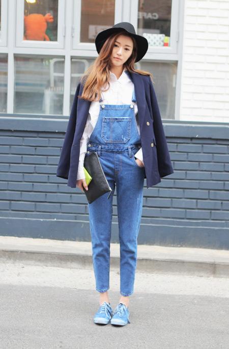 девушка в пиджаке и джинсовом комбинезоне