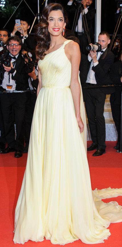 Амаль Аламуддин в светло желтом платье со шлейфом