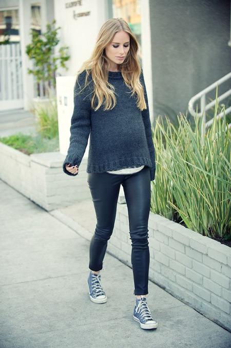Беременная девушка в черных лосинах, вязаный свитер, кеды