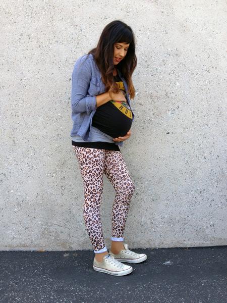 Беременная девушка в леопардовых лосинах, черная футболка и голубая кофта