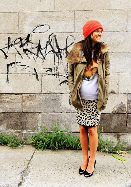 Беременная девушка в узкй юбке, свиншот с принтом и парка с меховым воротникои