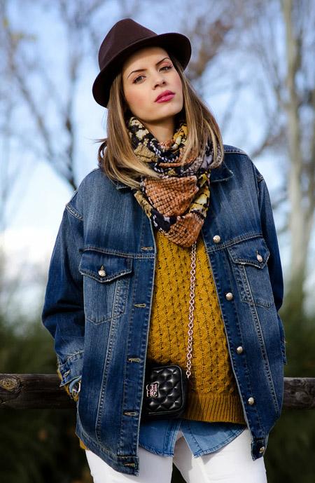 Беременная девушка в вязанном свитере, джинсовка, шляпка и платок на шее