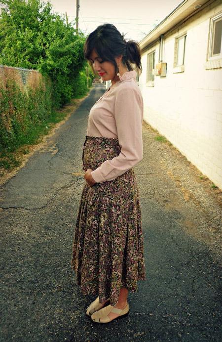 Беременная девушка в юбке макси и бежевой блузке