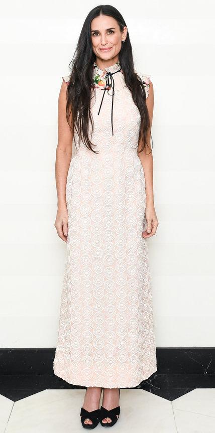 Деми Мур в длинном белом платье в викторианском стиле и черных босоножках