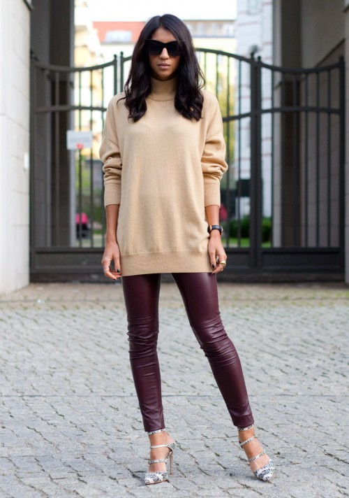 Девушка в длинном джемпере и кожаных леггинсах