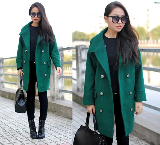 Девушка насыщенном изумрудном пальто