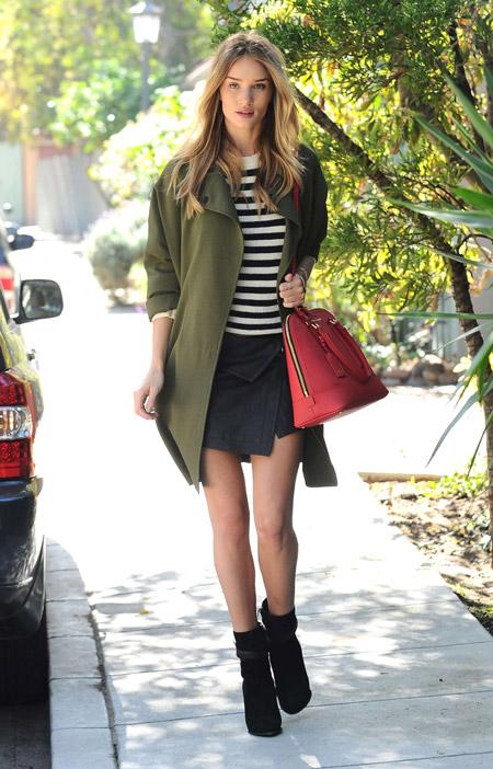 Девушка с красной сумкой и в оливковом пальто