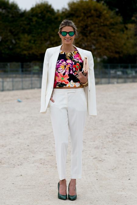 Девушка в белом брючном костюме с цветочным кроп топом