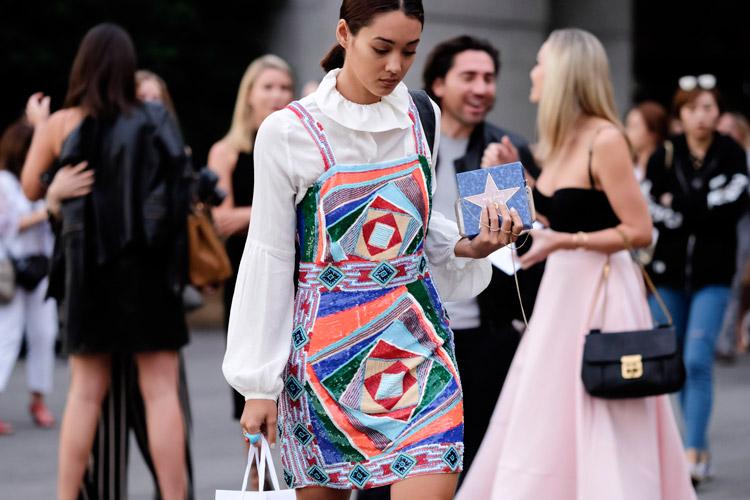 Девушка в белой блузе и разноцветном мини платье