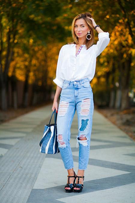 Девушка в белой блузке и голубых джинсах