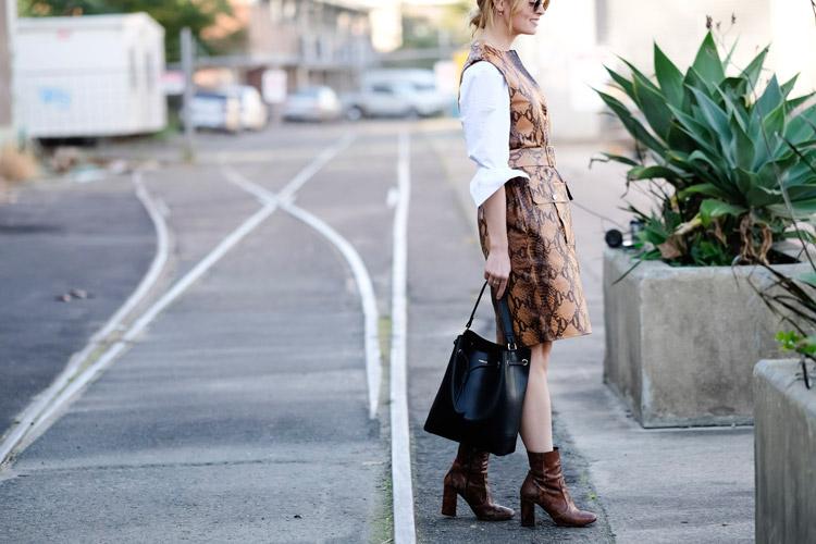 Девушка в белой рубашке и коричневое платье без рукаов, черная сумка