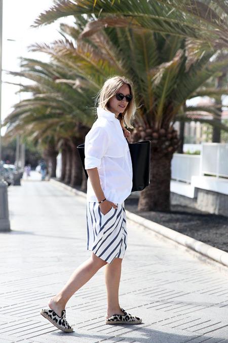 Девушка в белых бермудах в черную полску и белая рубашка