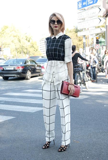 Девушка в белых брюках и рубашке в клетку, черный кроп топ