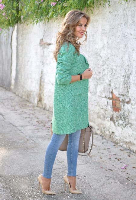 Девушка в бирюзовом пальто и голубых джинсах