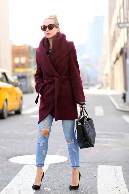 Девушка в бордовом пальто