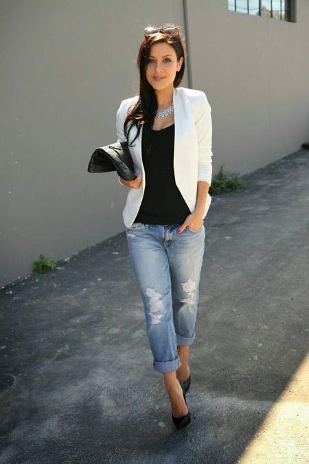 Девушка в черном топе и белом жакете