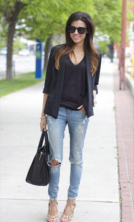 Девушка в черном жакете и голубых джинсах