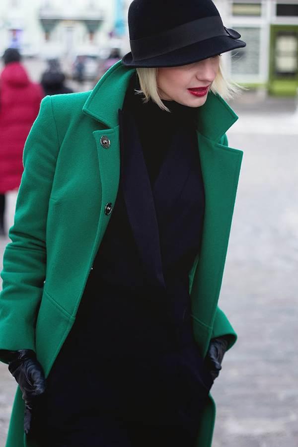 Девушка в черной шляпке и изумрудном пальто
