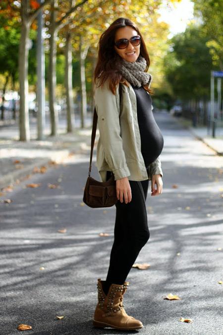 Девушка в черных лосинах, футболка и серая рубашка