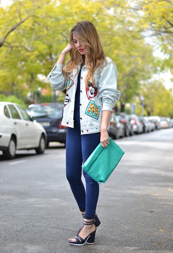 Девушка в джеггинсах и джинсовой куртке