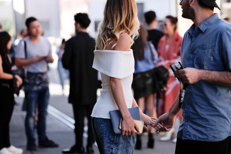 Девушка в джинсах и белый топ без рукавов