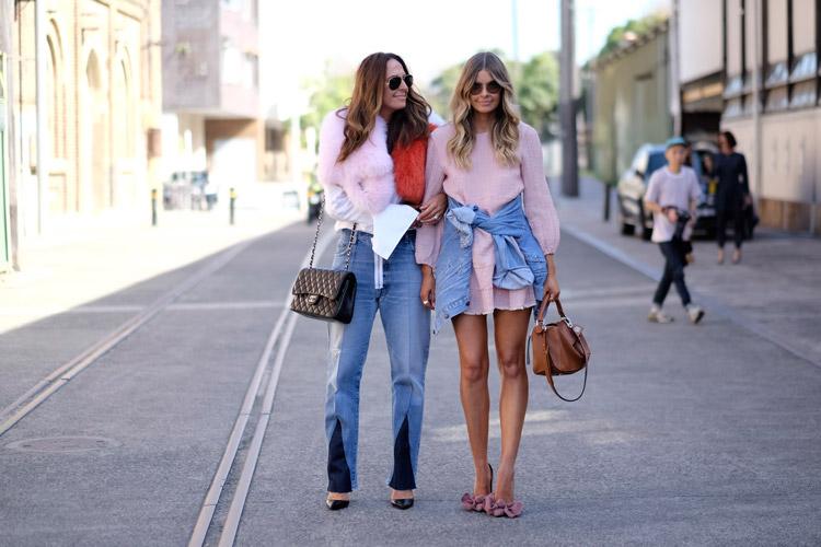 Девушка в джинсах и мехойвой куртке и девушка в розовом мини платье с джинсовой рубашкой на поясе