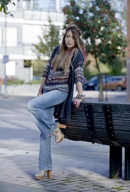 Девушка в джинсах клеш и сабо
