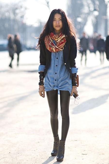 Девушка в джинсовой рубашке и кожаных леггинсах