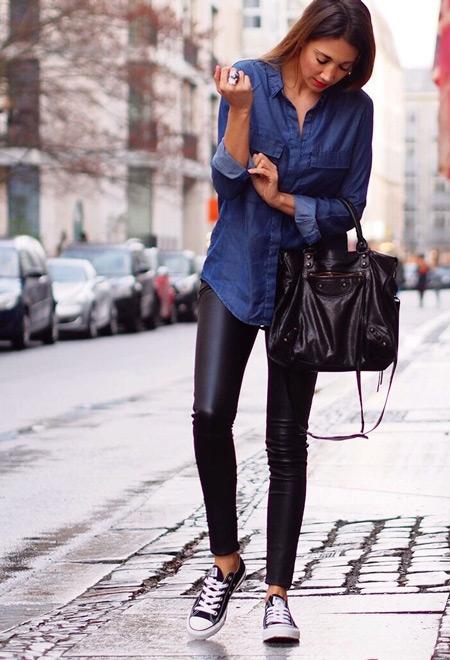 Девушка в джинсовой рубашке и леггинсах