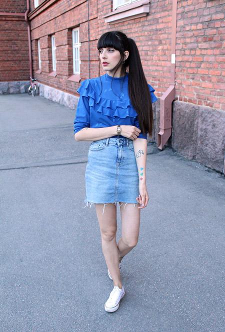 Девушка в джинсовой юбке и синей блузке