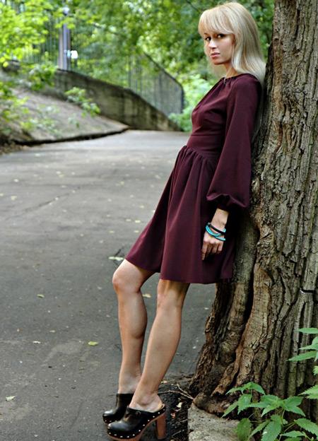 Девушка в фиолетовом платье и сабо