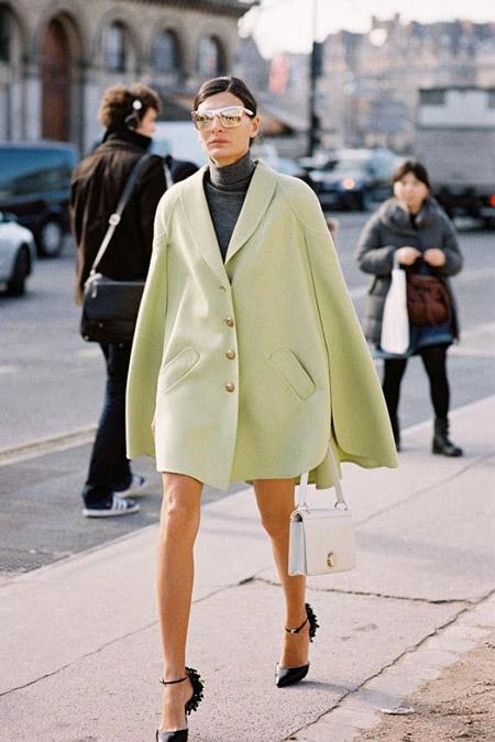 Девушка в фисташковом пальто
