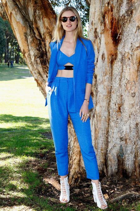 Девушка в голубом костюме с кроп топом, брюками и жакетом