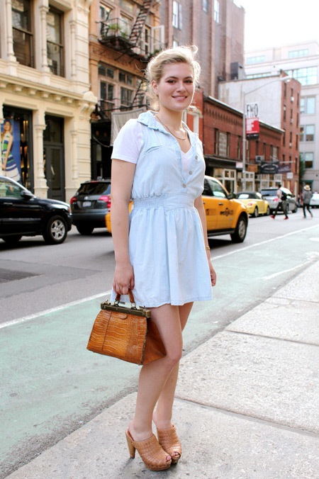 Девушка в голубом платье и сабо