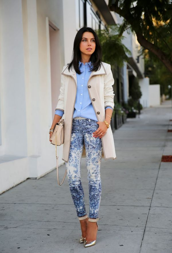 Девушка в голубых джеггинсах и рубашке