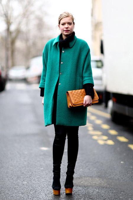 Девушка в изумрудном пальто и с рыжей сумкой