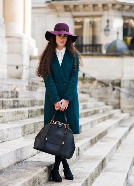 Девушка в изумрудном пальто и шляпе
