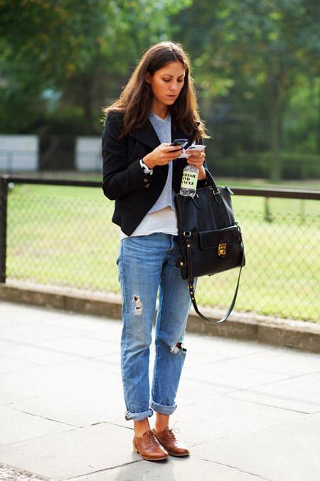 Девушка в коричневых туфлях и голубых джинсах