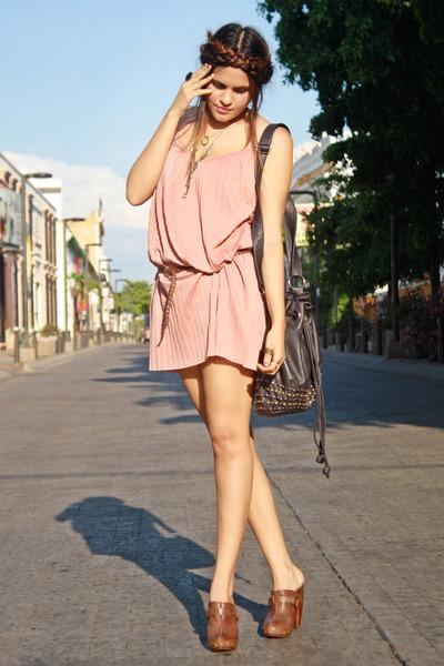 Девушка в коротком платье и сабо