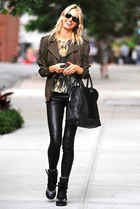 Девушка в короткой куртке и леггинсах