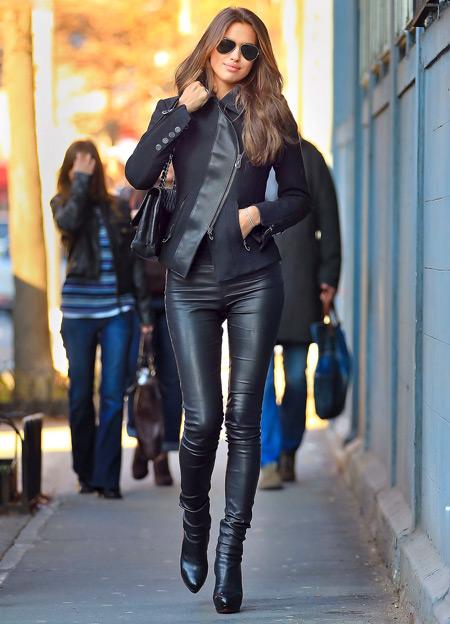 Девушка в кожаной куртке и леггинсах