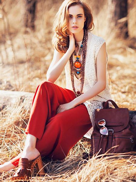 Девушка в красных брюках и сабо