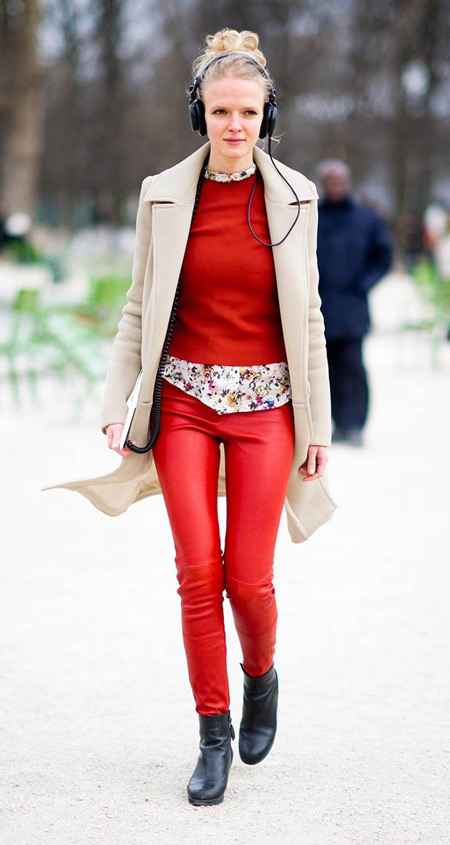 Девушка в красных леггинсах