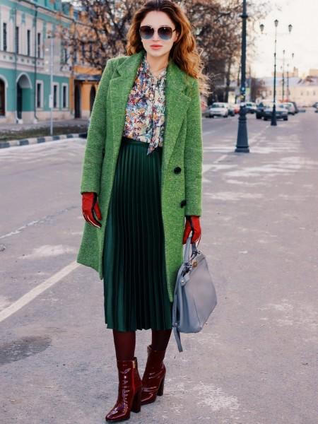 Девушка в красных перчатках и пальто