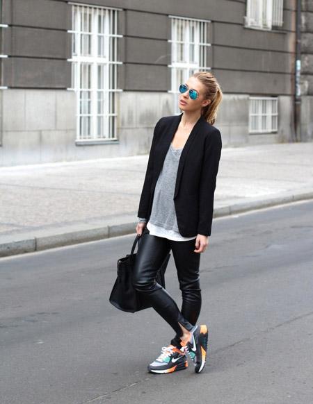 Девушка в кроссовках и кожаных леггинсах